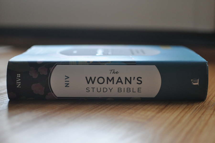 The Woman's Study Bible, NIV published by Thomas Nelson - This post is a complete Bible review of The Woman's Study Bible. #biblestudy #biblereading #studybible #biblereview #thomasnelson